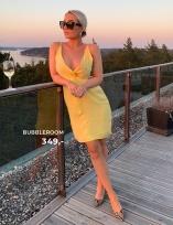 Flot kjole smuk glans og med et tvist foran