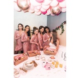 Matcha en vit klänning med rosa sammetsklänningar
