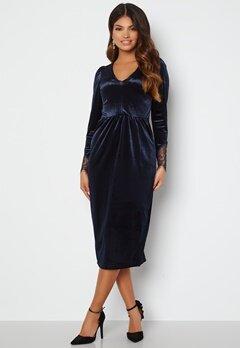 Happy Holly Leonora Velvet Midi Dress Dark blue bubbleroom.dk